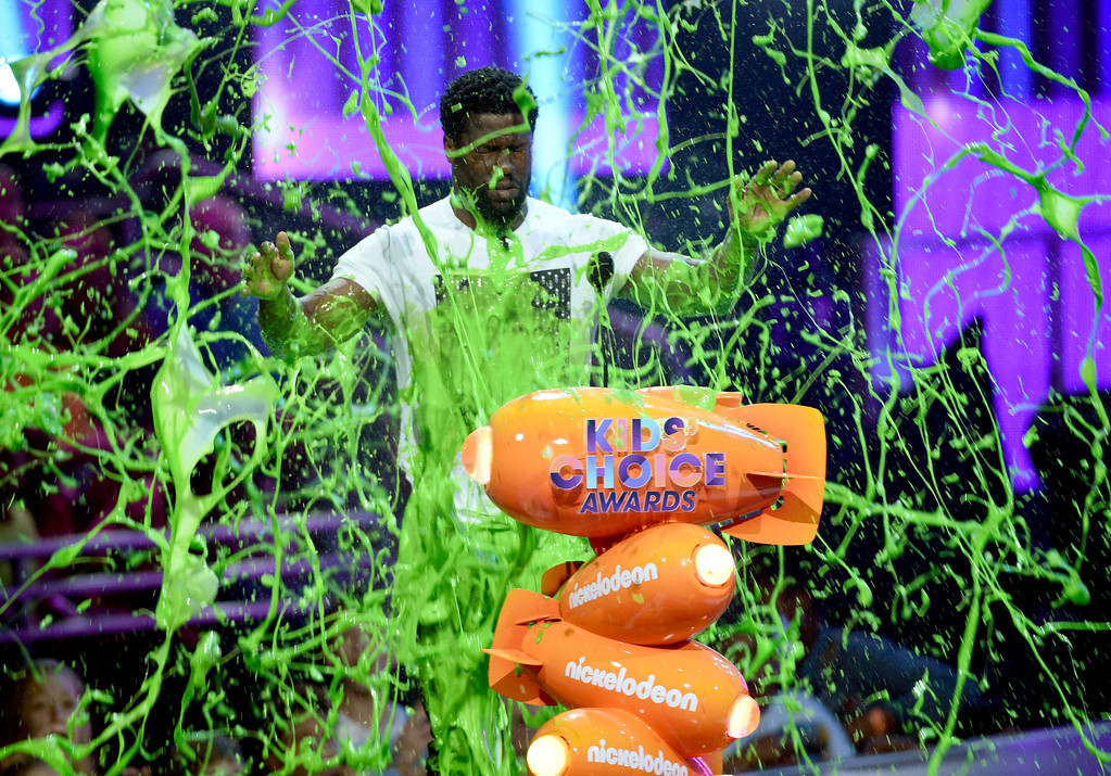 """. Kevin Hart gets slimed after accepting the award for favorite villain for \""""The Secret Life of Pets\"""" at the Kids\' Choice Awards at the Galen Center on Saturday, March 11, 2017, in Los Angeles. (Photo by Chris Pizzello/Invision/AP)"""