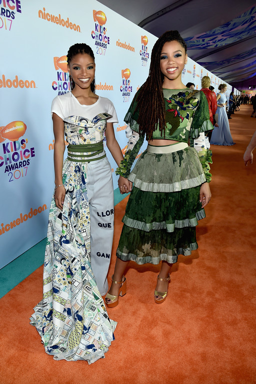 . LOS ANGELES, CA - MARCH 11:  Actors Chloe Bailey (L) and Halle Bailey at Nickelodeon\'s 2017 Kids\' Choice Awards at USC Galen Center on March 11, 2017 in Los Angeles, California.  (Photo by Alberto E. Rodriguez/Getty Images)