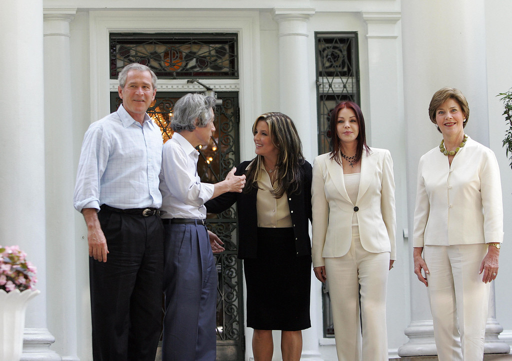 . Memphis, UNITED STATES:  Priscilla Presley (2nd R) and her daughter Lisa Marie Presley (C) greet US President George W. Bush (L), First Lady Laura Bush (R) and Prime Minister Junichiro Koizumi (2nd L)  at the entrance of Elvis Presley\'s Graceland Mansion 30 June, 2006, in Memphis, Tenesse.      (TIM SLOAN/AFP/Getty Images)