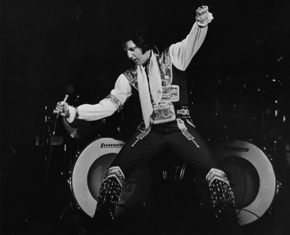 . August 1975:  Rock \'n\' roll legend Elvis Presley (1935 - 1977) performing live on stage.  (Photo by Keystone/Getty Images)