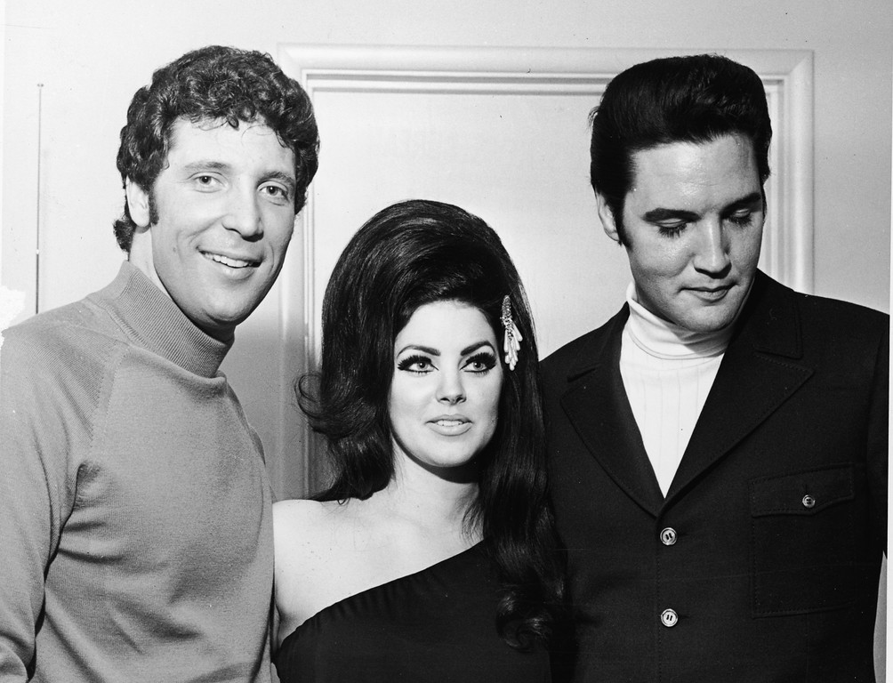 . Welsh-born entertainer Tom Jones poses with Elvis Presley and his wife Priscilla, Las Vegas, Nevada, 1st July 1971. (Photo by Hulton Archive/Getty Images)