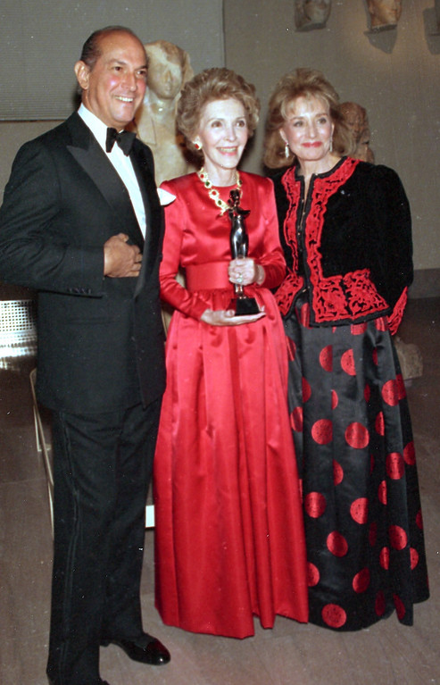 . FILE - In this Jan. 10, 1989 file photo shows fashion designer Oscar de la Renta, left, and journalist Barbara Walters, right, posing with first lady Nancy Reagan at the Metropolitan Museum of Art in New York, where the first lady was awarded the Council of Fashion Designers of America\'s Lifetime Achievement Award for her contributions to fashion.   (AP Photo/Ed Bailey, File)