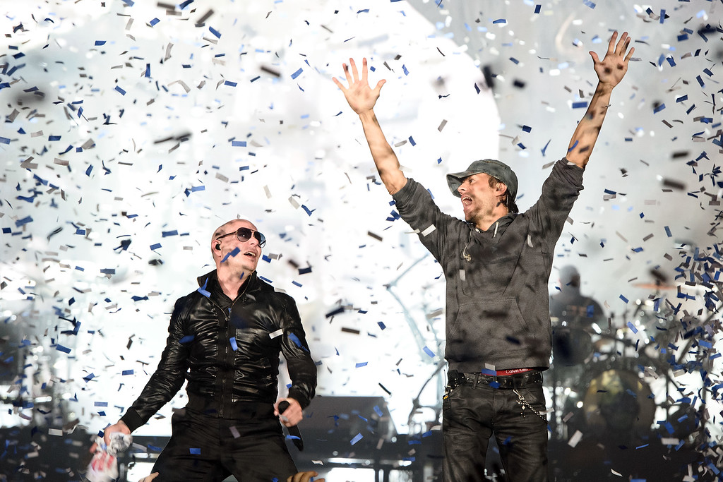 . ROSEMONT, IL - FEBRUARY 20: Pitbull and Enrique Iglesias perform onstage at Allstate Arena on February 20, 2015 in Rosemont, Illinois. (Photo by Daniel Boczarski/Getty Images)