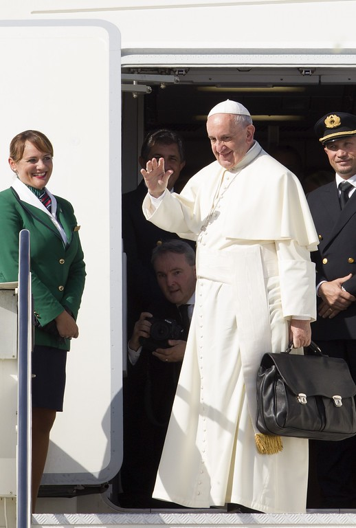 . Pope Francis waves to reporters at Rome\'s Fiumicino international airport, Saturday, Sept. 19, 2015, as he boards his flight to La Habana, Cuba, where he will start a 10-day trip including the United States. (AP Photo/Riccardo De Luca)