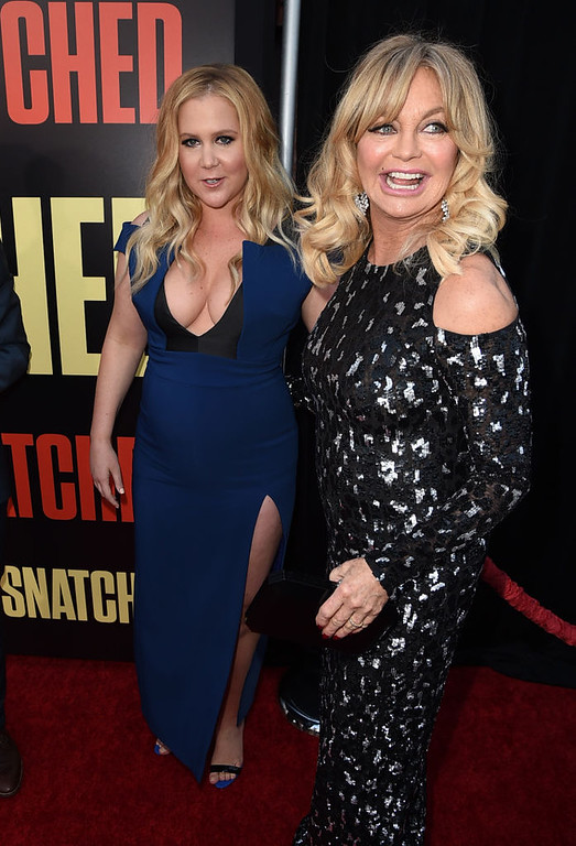 ". LOS ANGELES, CA - MAY 10:  Actresses Amy Schumer (L) and Goldie Hawn arrive at the premiere of 20th Century Fox\'s ""Snatched\"" at the Village Theatre on May 10, 2017 in Los Angeles, California.  (Photo by Kevin Winter/Getty Images)"