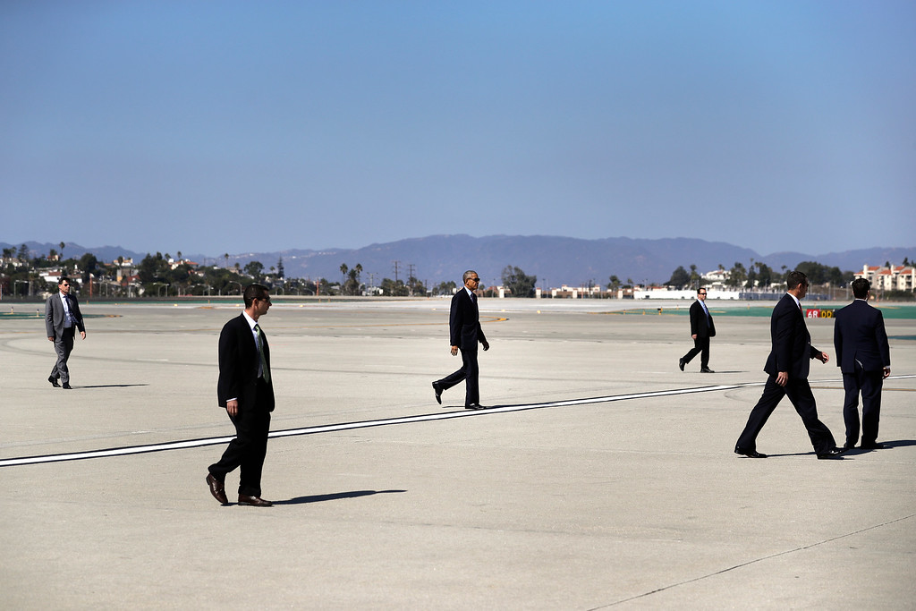 . President Barack Obama, center, walks to Air Force One before his departure from the Los Angeles International Airport Tuesday, Oct. 25, 2016, in Los Angeles. (AP Photo/Jae C. Hong)
