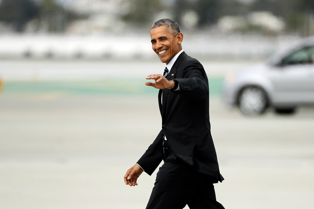 . President Barack Obama waves as he walks to Marine One after arriving at the Los Angeles International Airport Monday, Oct. 24, 2016, in Los Angeles. (AP Photo/Jae C. Hong)