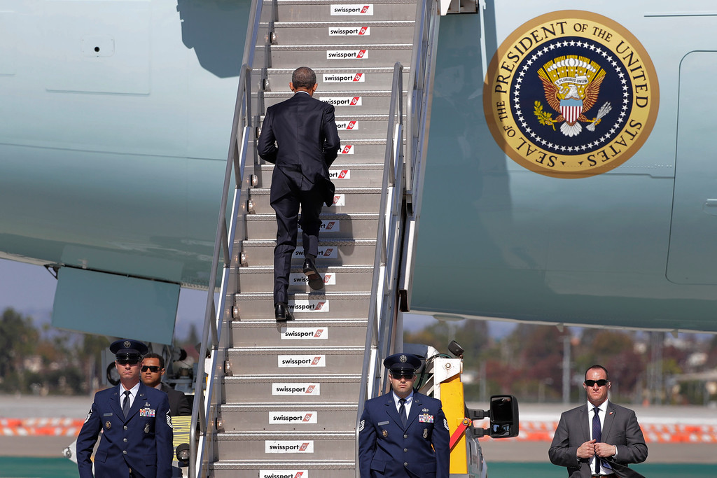 . President Barack Obama boards Air Force One before his departure from the Los Angeles International Airport, Tuesday, Oct. 25, 2016, in Los Angeles, en route to Washington. (AP Photo/Jae C. Hong)