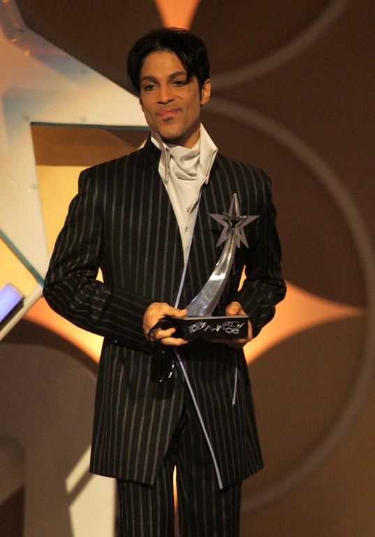 . LOS ANGELES, CA - JUNE 27:  Singer Prince accepts the award for Best Male R&B Artist onstage at the 2006 BET Awards at the Shrine Auditorium on June 27, 2006 in Los Angeles, California.  (Photo by Frazer Harrison/Getty Images)