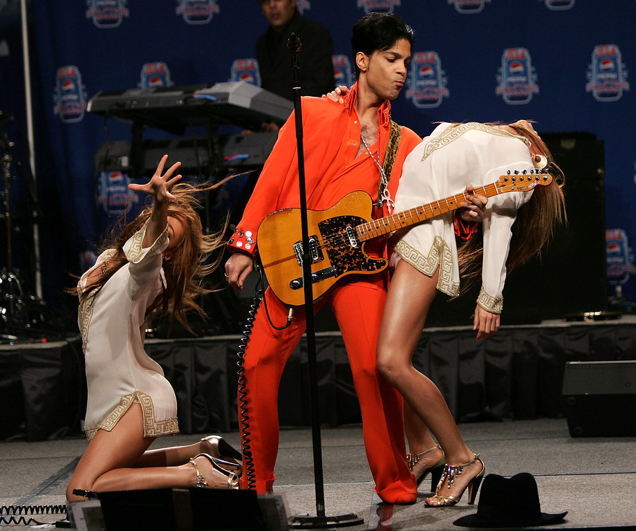 . MIAMI - FEBRUARY 01:  Musician Prince performs during the Super Bowl XLI Half-Time Press Conference at the Miami Convention Center on February 1, 2007 in Miami, Florida.  (Photo by Evan Agostini/Getty Images)