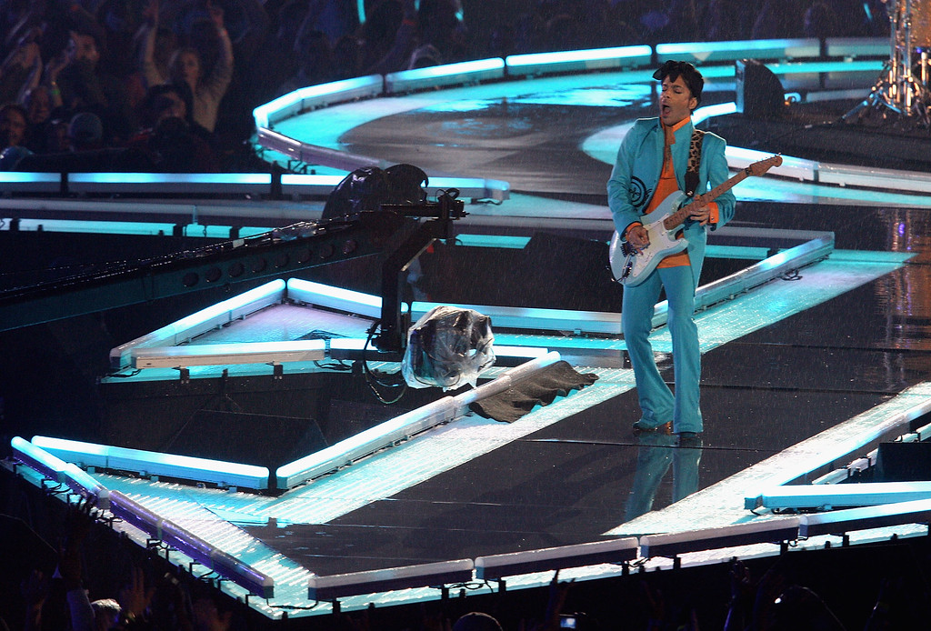 ". MIAMI GARDENS, FL - FEBRUARY 04:  Prince performs during the ""Pepsi Halftime Show\"" at Super Bowl XLI between the Indianapolis Colts and the Chicago Bears on February 4, 2007 at Dolphin Stadium in Miami Gardens, Florida.  (Photo by Nick Laham/Getty Images)"