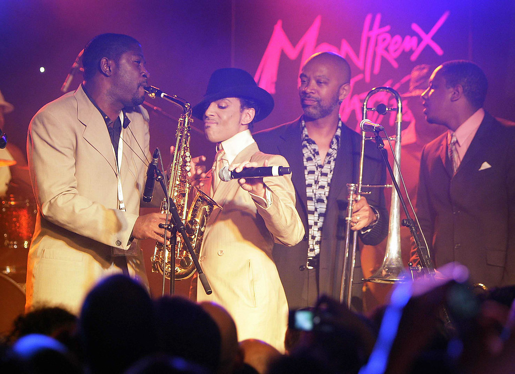 """. montreux, SWITZERLAND: US pop maverick Prince (2nd from L) performs with his musicians early 17 July 2007 during a jam session after his sold out concert at the 41th edition of the Montreux Jazz Festival. Prince\'s new album \""""Planet Earth\"""" is due to go on sale next week.   (FABRICE COFFRINI/AFP/Getty Images)"""