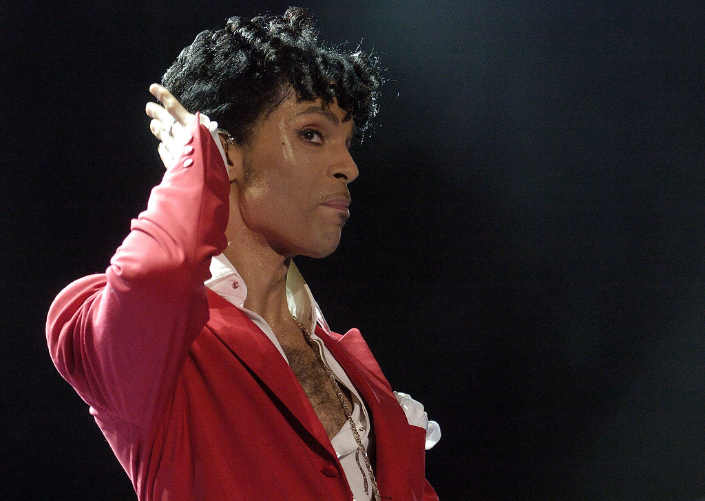 . NEW ORLEANS - JULY 2:  Prince performs at the 10th Anniversary Essence Music Festival at the Superdome on July 2, 2004 in New Orleans, Louisiana.  (Photo by Chris Graythen/Getty Images)