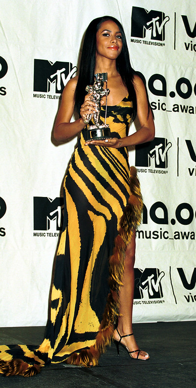 . Aaliyah wins the MTV Award for Best video from a film September 7, 2000 at the MTV Awards at Radio City Music Hall in New York City. (Photo by George De Sota/Liaison)