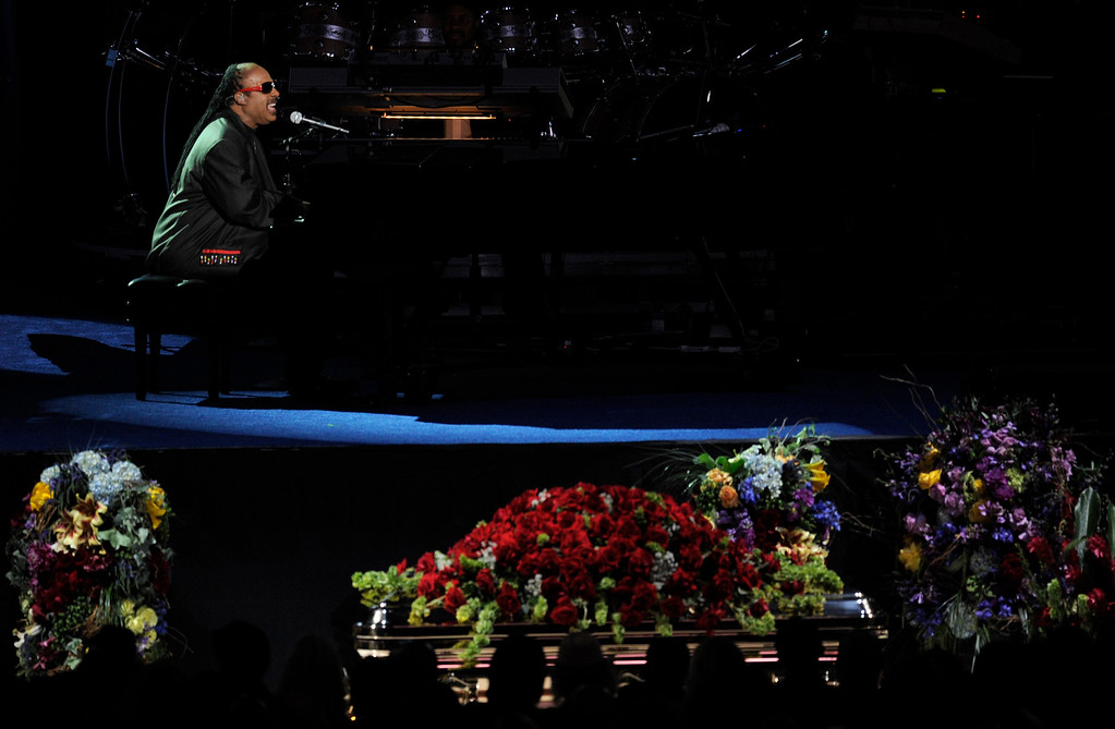 . US Singer Stevie Wonder preforms  at US pop star Michael Jackson\'s memorial service at the Staples Center in Los Angeles, California, USA, 07 July 2009. Jackson died 25 June 2009 at the age of 50.