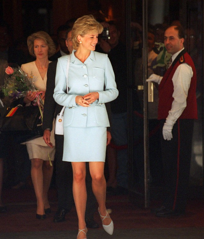 . The Princess of Wales leaves the Drake Hotel in Chicago Wednesday, June 5, 1996. Princess Diana was touring Chicago speaking at a symposium on cancer. (AP Photo/Charles Bennett)