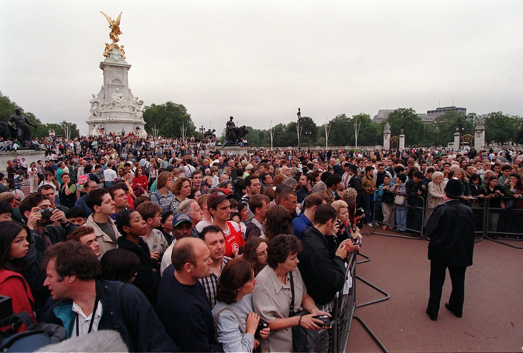 . A large crowd of mourners and sympathisers gathers at the gates of Buckingham Palace in London Sunday August 31, 1997 following the death earlier in the dayof Diana Princess of Wales in a car crash in Paris. Diana\'s friend Dodi Fayed and the driver of the car were also killed. (AP Photo/Adrian Dennis)