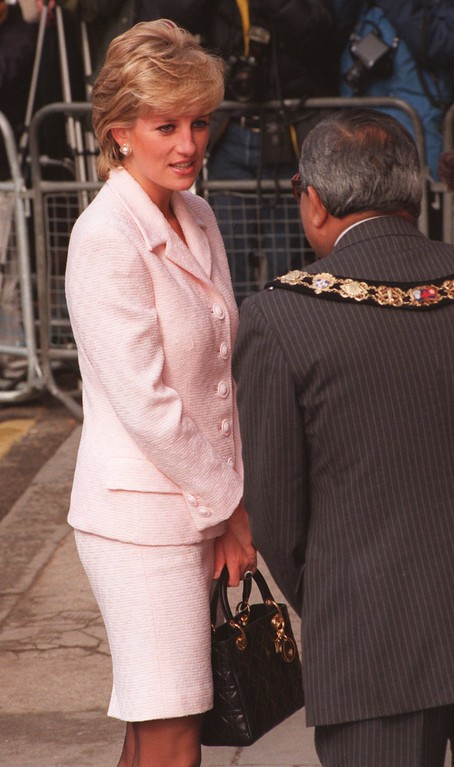 . Britain\'s Princess of Wales arrives for an offical visit to the National Hospital for Neurology in central London, Wednesday March 6 1996. It was the first engagement the Princess attended since the announcement of her planned divorce from Prince Charles. (AP Photo/Lynne Sladky)