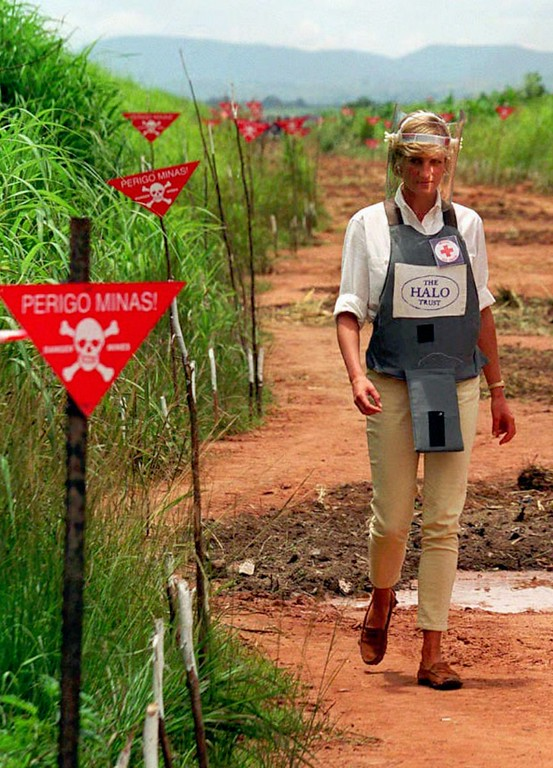 . Diana, Princess of Wales, tours a minefield in body armour in Huambo, central Angola, Wednesday, Jan. 15, 1997, during a visit to Angola to see for herself the carnage mines cause. Diana was visiting Angola for the Red Cross to draw attention to the problems caused by landmines, watched a a landmine clearing demonstration in one of Angola\'s most densely mined area. (AP Photo/John Stillwell)