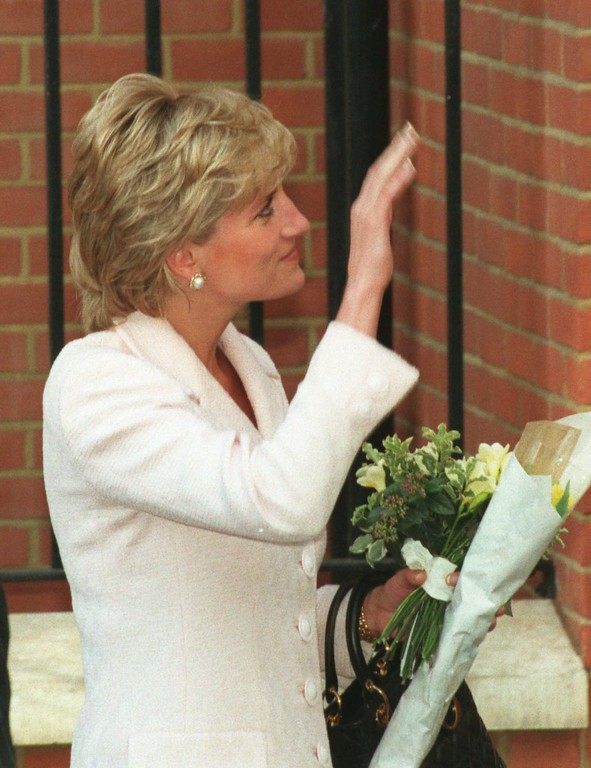 . The Princess of Wales waves following an offical visit to the National Hospital for Neurology in central London, Wednesday March 6 1996. It was the first engagement the Princess attended since the announcement of her planned divorce from Prince Charles. (AP Photo/Lynne Sladky)