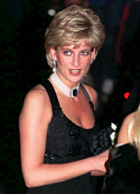 . The Princess of Wales arrives at a celebrity gala charity dinner and fashion show in the heart of London Monday Nov. 20, 1995. The event took place hours before Diana\'s taped television interview with the BBC is broadcast worldwide. (AP Photo/David Cheskin)