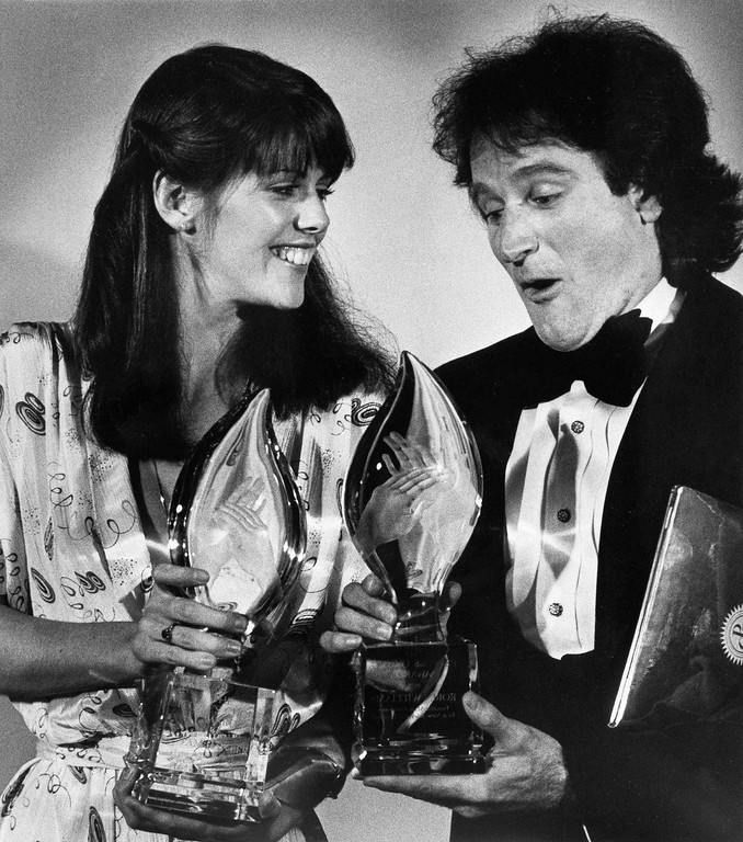 ". Robin Williams - ""Mork\"" - gives his patented naive expression for an alien from outer space to the delight of Pam Dawber - \""Mindy\"" -  both of the TV series \""Mork and Mindy\"", during the fifth annual People\'s Choice Awards in Los Angeles, March 8, 1979 - Williams and Dawber were named favorite male performer and favorite female performer in a new TV program. (AP Photo/Reed Saxon)"
