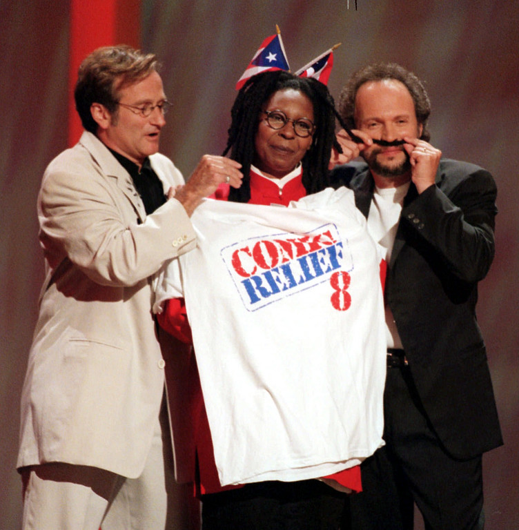 ". Comedians Robin Williams, left, and Billy Crystal, joke with Whoopi Goldberg as they host ""Comic Relief 8\"" in this  June 14, 1998 file photo in New York.   (AP Photo/Suzanne Plunkett, File)"