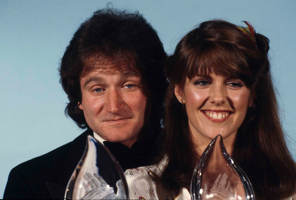 ". Robin Williams, left, and Pam Dawber, of ABC\'s TV show ""Mork & Mindy\"" are shown at the Fifth Annual People\'s Choice Awards in Los Angeles, Calif., March 8, 1979. Both Williams and Dawber won the Favorite Male and Female Performer awards in a new TV program. (AP Photo/Reed Saxon)"