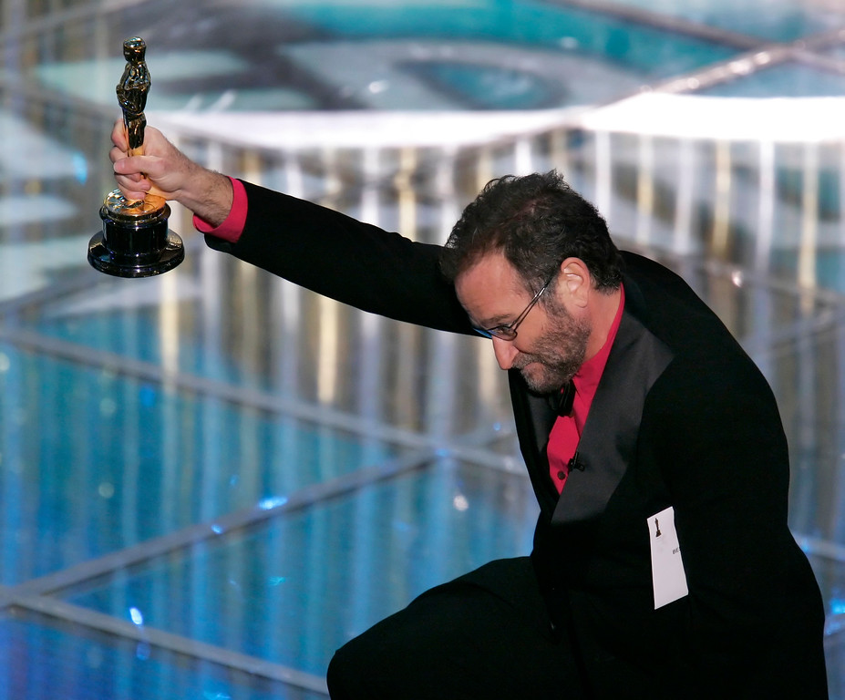 . Oscar presenter Robin Williams entertains the audience before announcing the winner of the best animated feature film during the 77th Academy Awards Sunday, Feb. 27, 2005, in Los Angeles. (AP Photo/Mark J. Terrill)