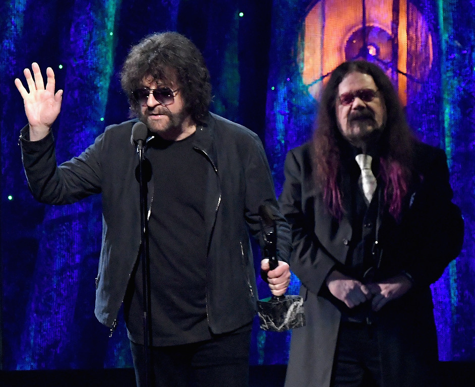 . NEW YORK, NY - APRIL 07:  2017 Inductee Jeff Lynne (L) of ELO speaks onstage at the 32nd Annual Rock & Roll Hall Of Fame Induction Ceremony at Barclays Center on April 7, 2017 in New York City. Debuting on HBO Saturday, April 29, 2017 at 8:00 pm ET/PT  (Photo by Mike Coppola/Getty Images)