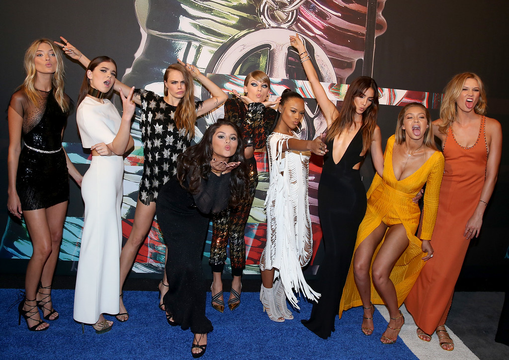 . Martha Hunt, from left, Hailee Steinfeld, Cara Delevingne, Selena Gomez, Taylor Swift, Serayah, Lily Aldridge, Gigi Hadid, and Karlie Kloss arrive at the MTV Video Music Awards at the Microsoft Theater on Sunday, Aug. 30, 2015, in Los Angeles. (Photo by Matt Sayles/Invision/AP)