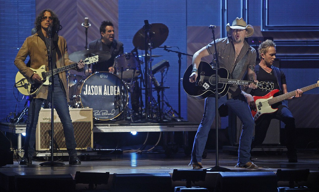 . Jason Aldean, right, and Chris Cornell perform at the CMT Artist of the Year Awards at the Schermerhorn Symphony Center on Tuesday, Dec. 2, 2014, in Nashville, Tenn. (Photo by Wade Payne/Invision/AP)