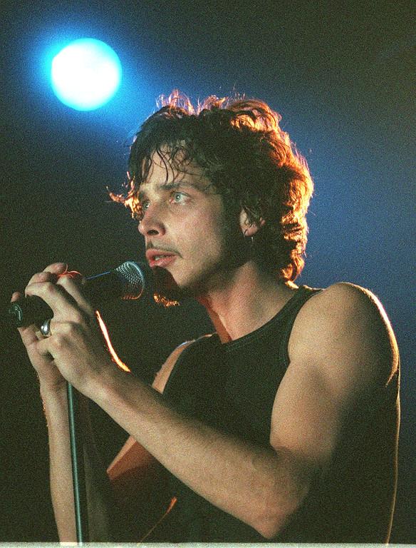 . Chris Cornell, Soundgarden singer in Frankfurt 19. Oktober 1999. (AP Foto/Bernd Kammerer)