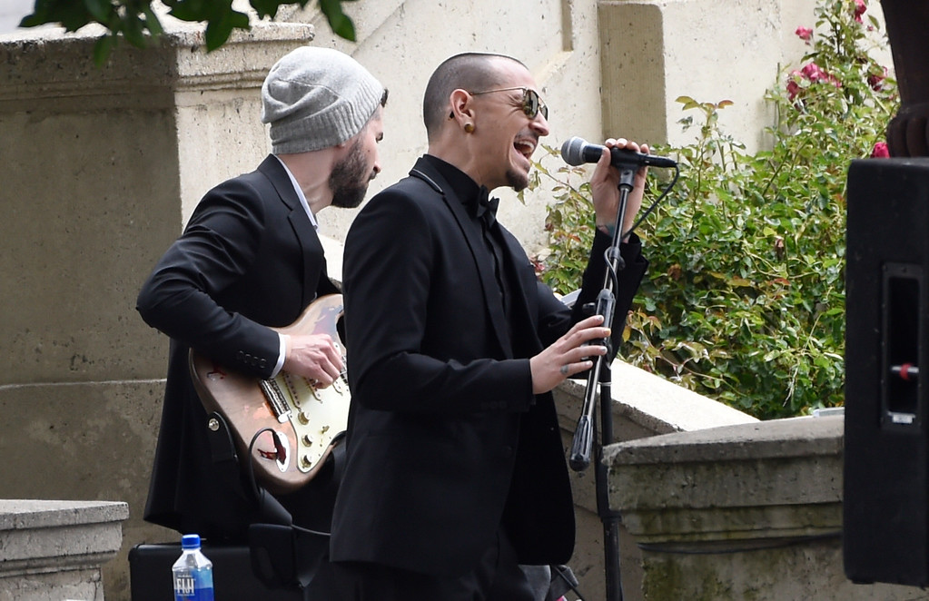 """. Chester Bennington, of Linkin Park, performs \""""Hallelujah\"""" at a funeral for Chris Cornell at the Hollywood Forever Cemetery on Friday, May 26, 2017, in Los Angeles. (Photo by Chris Pizzello/Invision/AP)"""