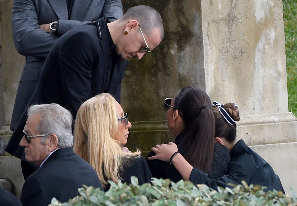 . Chester Bennington, of Linkin Park, standing, greets, from right, Toni Cornell and Vicky Karayiannis at a funeral for Chris Cornell at the Hollywood Forever Cemetery on Friday, May 26, 2017, in Los Angeles. (Photo by Chris Pizzello/Invision/AP)