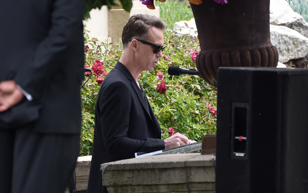 . Matt Cameron, of Soundgarden, speaks at a funeral for Chris Cornell at the Hollywood Forever Cemetery on Friday, May 26, 2017, in Los Angeles. (Photo by Chris Pizzello/Invision/AP)