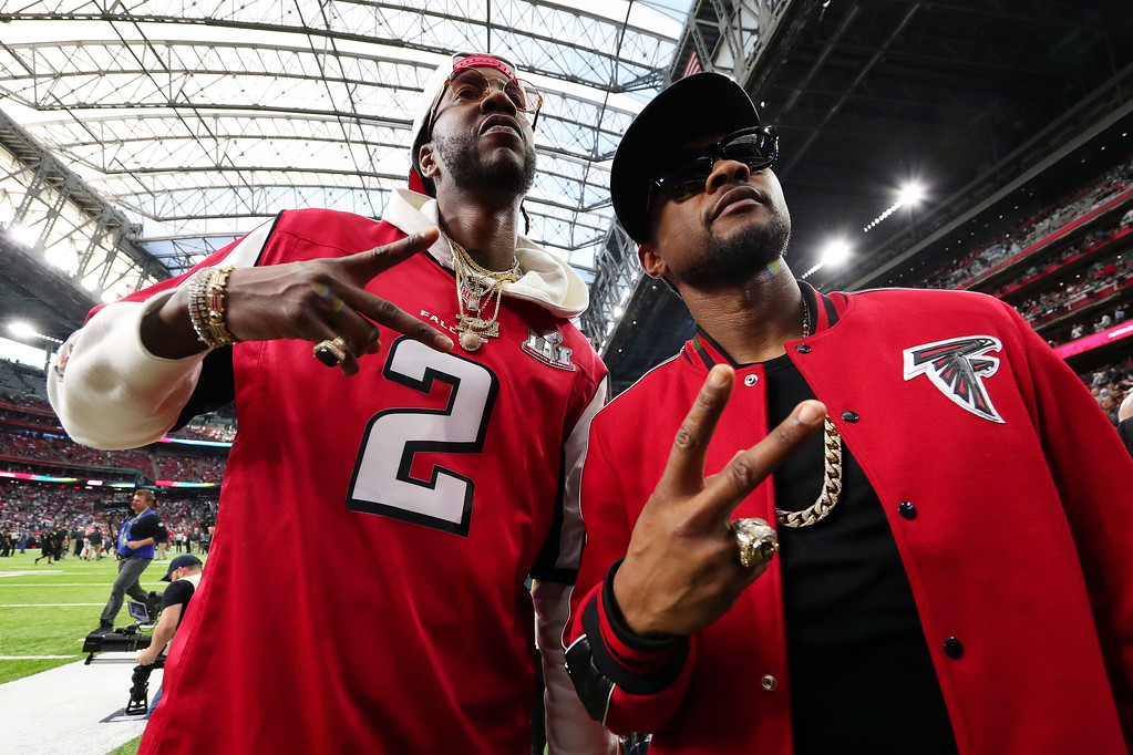 . HOUSTON, TX - FEBRUARY 05:  Recording artists 2 Chainz (L) and Usher pose prior to Super Bowl 51 between the New England Patriots and the Atlanta Falcons at NRG Stadium on February 5, 2017 in Houston, Texas.  (Photo by Tom Pennington/Getty Images)