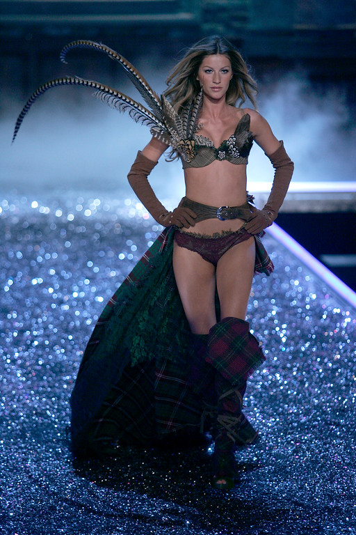 . Model Gisele Bundchen walks down the runway during the Victoria\'s Secret fashion show in the Hollywood section of Los Angeles, Thursday, Nov. 16, 2006. The show will be broadcast December 5, 2006 on CBS. (AP Photo/Chris Carlson)