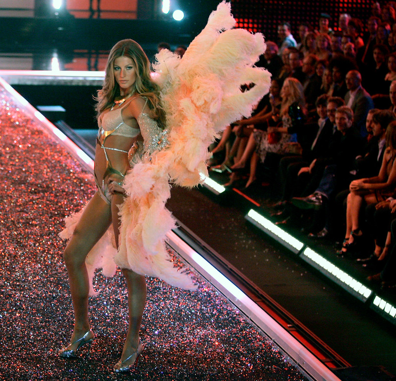 . Gisele Bundchen walks down the runway during the Victoria\'s Secret fashion show in the Hollywood section of Los Angeles, on Nov. 16, 2006.  (AP Photo/Chris Carlson)