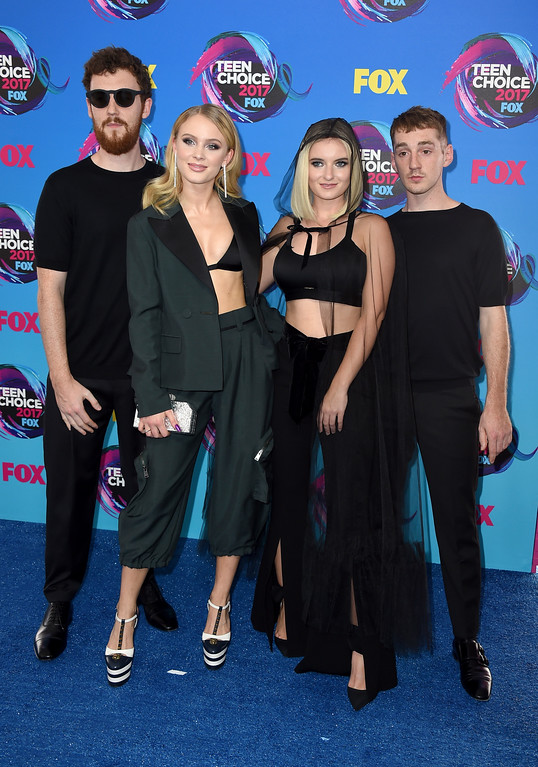 . Zara Larsson, third right, and from left Jack Patterson, Grace Chatto, and Luke Patterson arrives at the Teen Choice Awards at the Galen Center on Sunday, Aug. 13, 2017, in Los Angeles. (Photo by Jordan Strauss/Invision/AP)