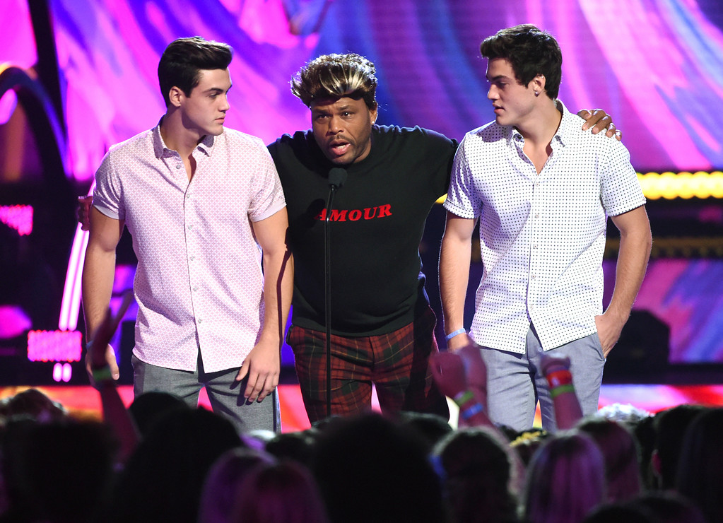 . Ethan Dolan, right and Grayson Dolan, of The Dolan Twins, and Anthony Anderson, center, present the award for choice summer movie actress at the Teen Choice Awards at the Galen Center on Sunday, Aug. 13, 2017, in Los Angeles. (Photo by Phil McCarten/Invision/AP)