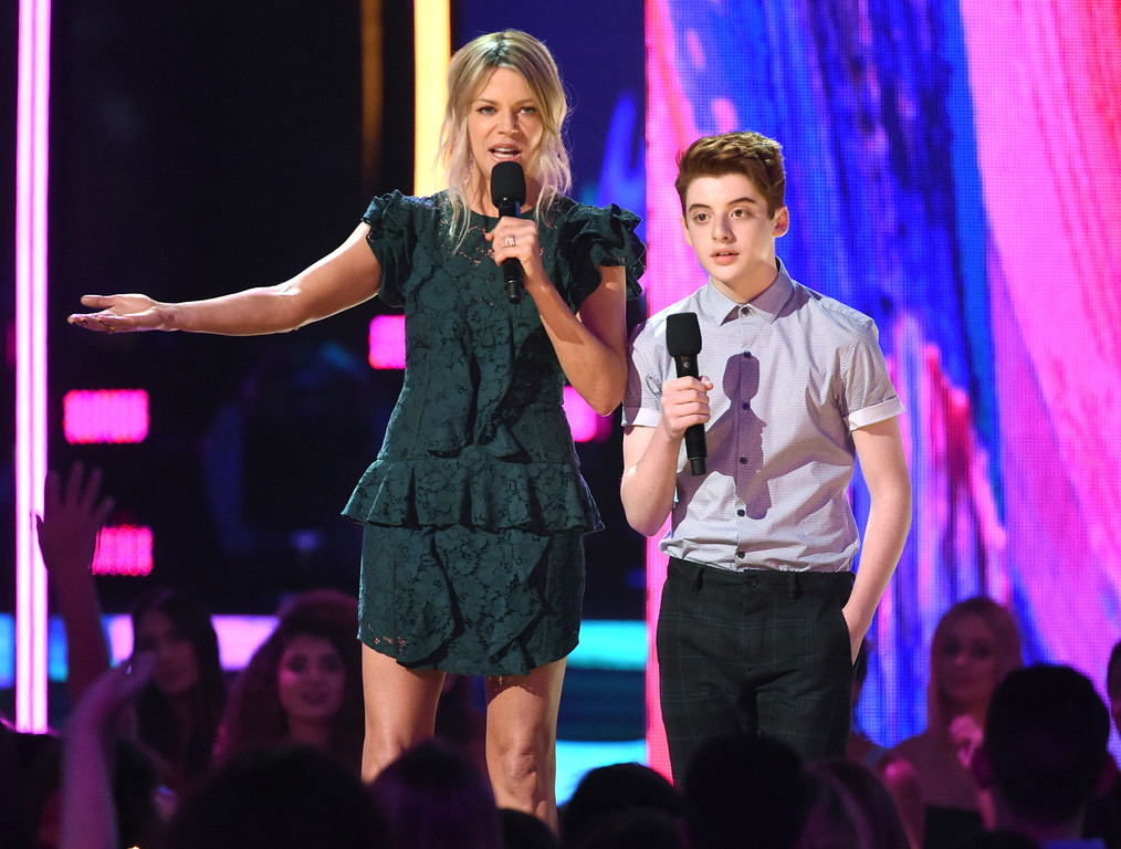 . Kaitlin Olson, left, and Thomas Barbusca speak at the Teen Choice Awards at the Galen Center on Sunday, Aug. 13, 2017, in Los Angeles. (Photo by Phil McCarten/Invision/AP)
