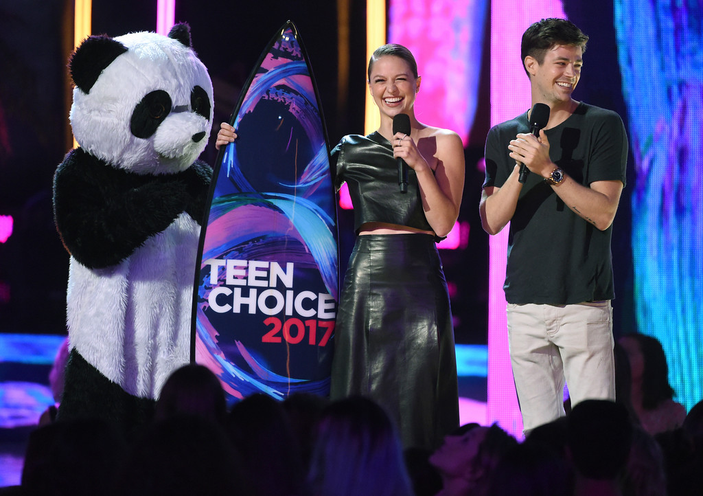 . Melissa Benoist, left and Grant Gustin introduce a performance at the Teen Choice Awards at the Galen Center on Sunday, Aug. 13, 2017, in Los Angeles. (Photo by Phil McCarten/Invision/AP)
