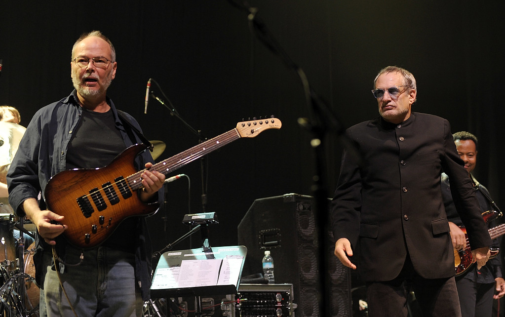 . Musicians Walter Becker, left and Donald Fagen of the band Steely Dan perform at \'Collaborating for a Cure\' the Samuel Waxman Cancer Research Foundation Benefit Concert on Thursday, Nov. 20, 2008 in New York. (AP Photo/Evan Agostini)