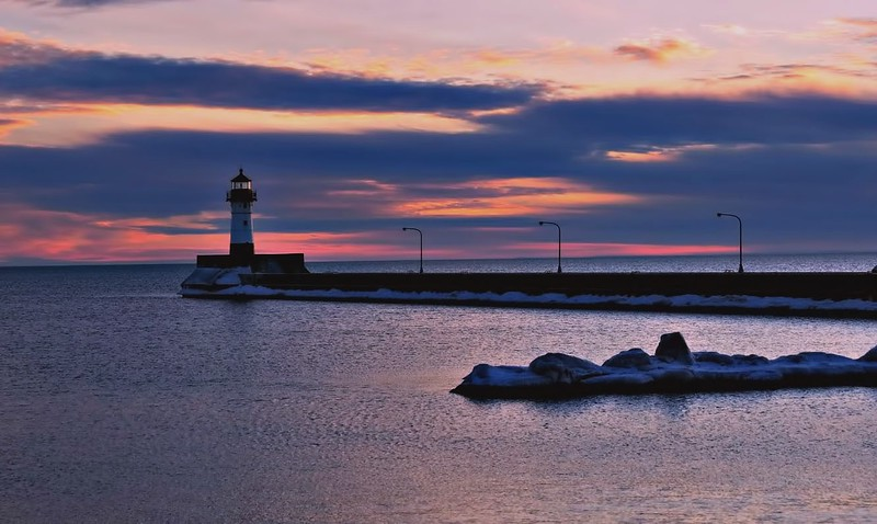 DULUTH LIGHTHOUSE AND PIER