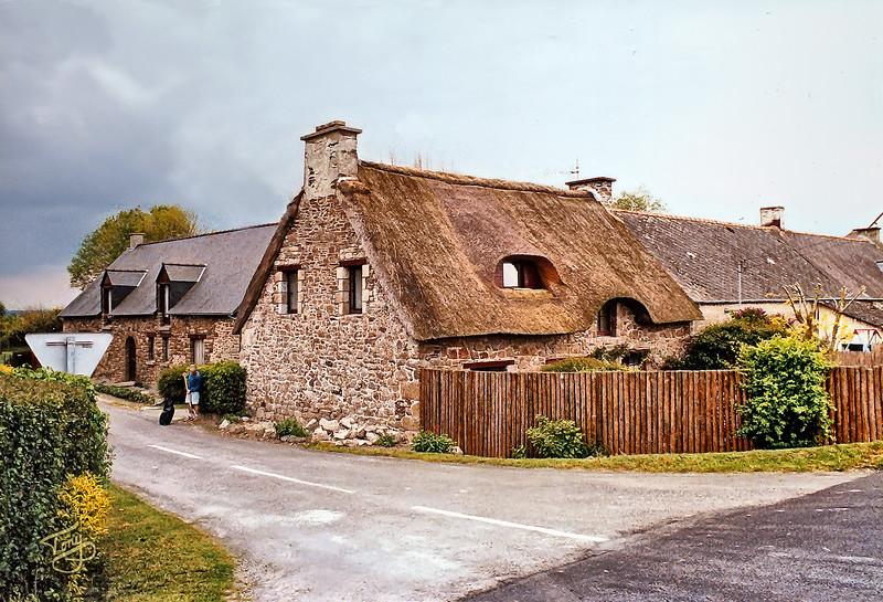Environs Courtils - La Rive 2002 - Maison au toit de Chaume