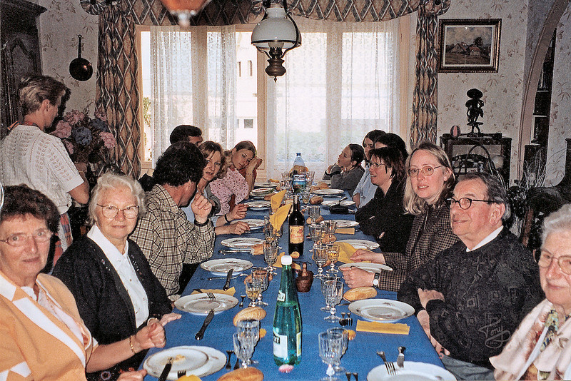 Chez Rolande 2002 - à table from left to right - Rolande, Maman, Ivan, Christine, Erik, Yasmine, Tiphaine, Enora, Jessica, Catherine, Judy, Papa, and Germaine