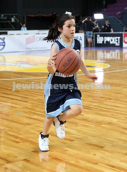 Maccabi U10 Mercury vs Inner City at The Sydney Entertainment Centre. Maccabi lost 36-4. Olivia Goldsmith runs with the ball.