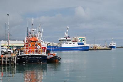 Remorqueur orange dans le port de Höfn