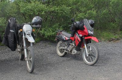 Motos de cross rouge et grise  en Islande